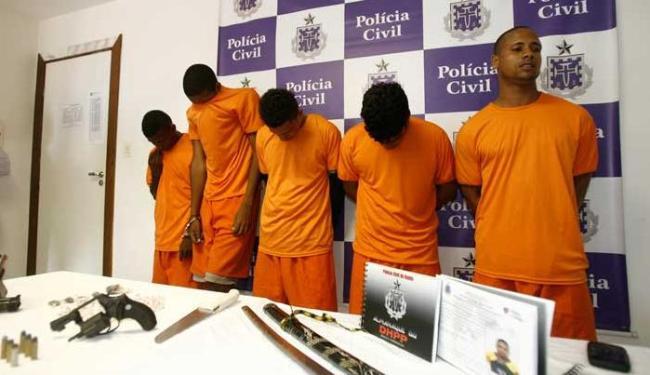 Bruno Ranço (primeiro à direita) assumiu a autoria de oito homicídios - Foto: Luciano da Matta | Ag. A TARDE