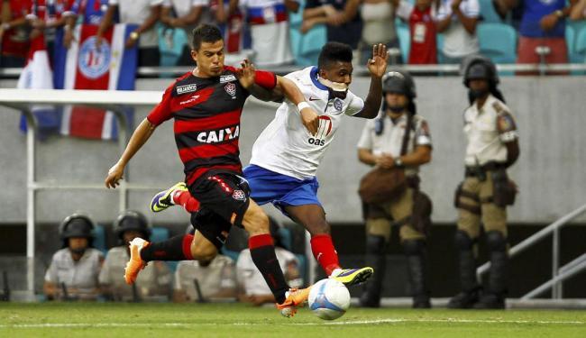 Ayrton e Rhayner disputam bola no Ba-Vi deste domingo - Foto: Eduardo Martins | Ag. A TARDE