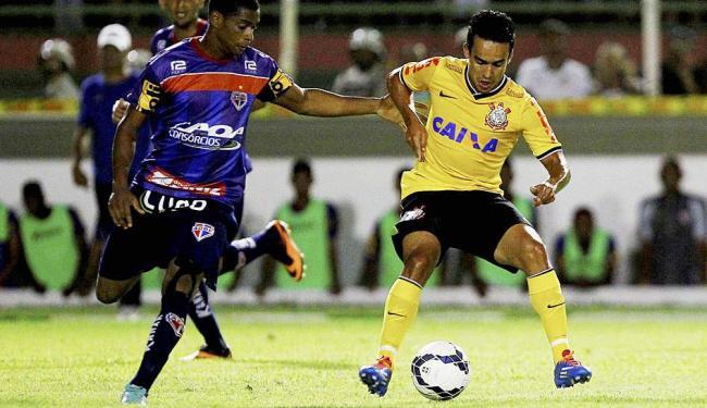 Jadson (D) comandou meio-campo do Corinthians em Feira - Foto: Eduardo Martins | Ag. A TARDE