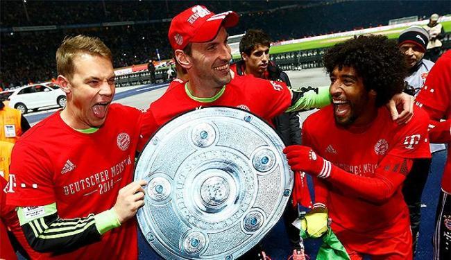 Baiano Dante (à direita) comemora com jogadores do Bayern o 24º título - Foto: Kai Pfaffenbach l Reuters