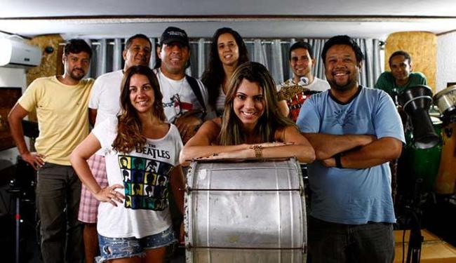 A nova vocalista Vina Calmon (ao centro) e músicos da banda Cheiro de Amor - Foto: Fernando Vivas | Ag. A TARDE