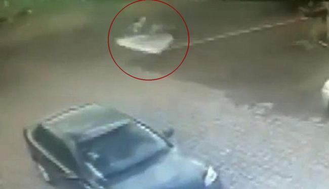 Ciclista caiu sentado sobre o colchão após o atropelo - Foto: Reprodução