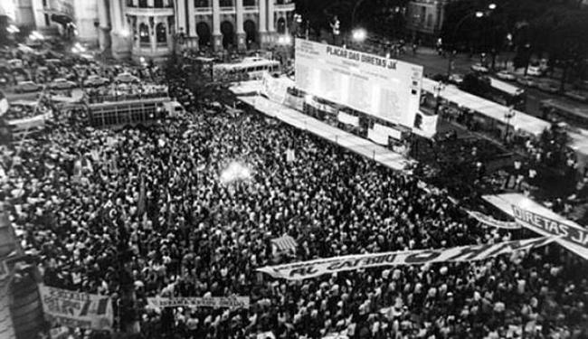 População faz vigília durante a votação da Emenda Dante de Oliveira, que previa eleições diretas - Foto: Arquivo Nacional