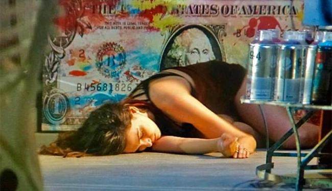 Marina rola da escada e fica desacordada no chão - Foto: TV Globo | Divulgação