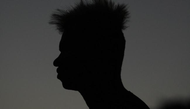 No Barradão, atacante olha para o horizonte com sua característica cabeleira - Foto: Raul Spinassé   Ag. A TARDE