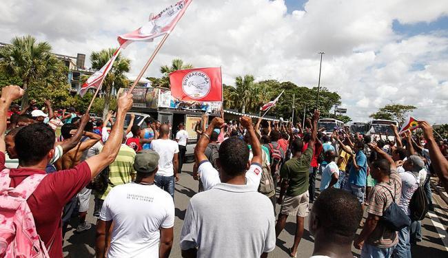 Operários fizeram uma passeata com destino à Secretaria do Trabalho, no CAB - Foto: Edilson LIma | Ag. A TARDE