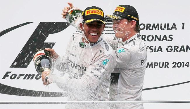 Hamilton e Rosberg comemoram dobradinha da Mercedes - Foto: Agência Reuters