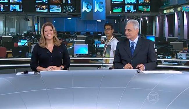 Proximidade do rapaz com a bancada não teve como passar despercebida - Foto: Jornal da Globo   Reprodução