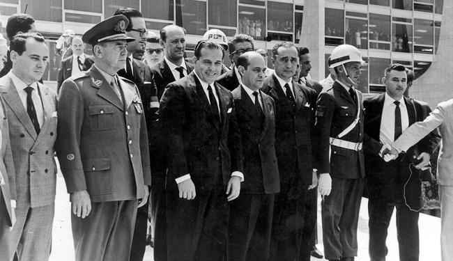 O presidente João Goulart (ao centro) na cerimônia de sua posse, realizada em Brasília, em 1961 - Foto: Reprodução | AE
