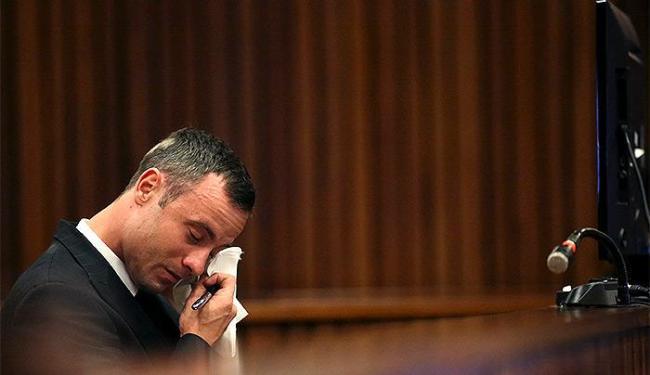 O atleta paralímpico defende que matou a modelo por engano - Foto: Siphiwe Sibekol Reuters