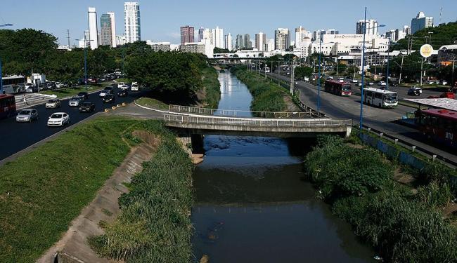 Na região do Iguatemi, o rio Camarajipe exala forte odor de esgoto sanitário - Foto: Raul Spinassé | Ag. A TARDE