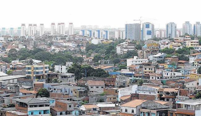 Acentuado desnível social se evidencia em numerosos bairros onde comunidades aparecem ao lado de mor - Foto: Fernando Vivas | Ag. A TARDE