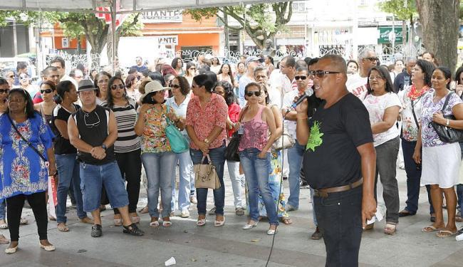 Manifestação reuniu cerca de 500 professores das redes municipal e estadual na capital baiana - Foto: Marco Aurélio Martins | Ag. A TARDE