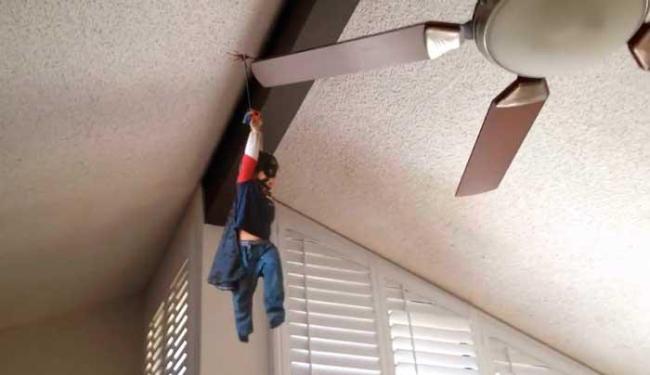 Garoto alcança o teto em um típico movimento de super-heroi - Foto: Reprodução | YouTube