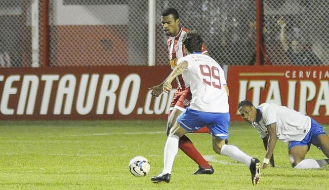 Lincoln (99) luta pela bola. O meia recém-contratado pelo Tricolor novamente não teve boa atuação - Foto: Gualter Naves | Vipcomm