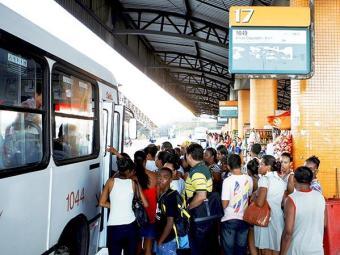 Passageiros ficam impedidos de sair com ônibus do terminal durante a manifestação - Foto: Fernando Vivas | Ag. A TARD