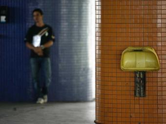 Lixeiras quebradas na Estação de Mussurunga - Foto: Raul Spinassé | Ag. A TARDE