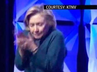 Hillary foi rápida e se esquivou do objeto - Foto: Reprodução | YouTube