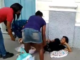 Pessoas ajudam jovem no momento do parto - Foto: Reprodução | Youtube
