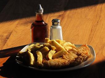 O famoso 'Fish and Chips', típico prato inglês com peixe frito e batatas fritas - Foto: Dimas Novaes l Divulgação