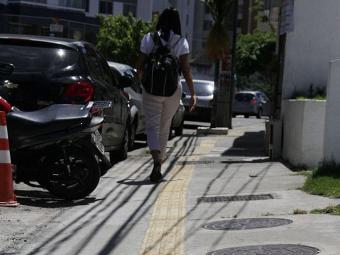 Na Pituba, parte das calçadas já conta com piso tátil - Foto: Joá Souza   Ag. A TARDE