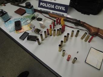 Com o suspeito foram encontradas uma espingarda calibre 28 carregada e outras munições - Foto: Lay Amorim | Brumado Notícias