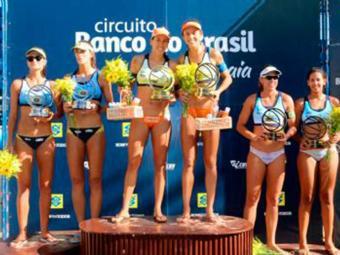 No pódio, as vencedoras Talita/Tatiana, ao centro; Elize/Fernanda à esquerda; e Lili e Duda - Foto: Divulgação  CBV