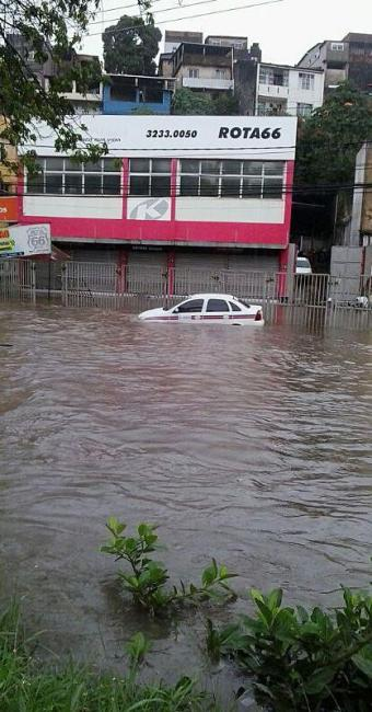 Táxi ficou submerso em Dois Leões - Foto: Elaine Cristina Santos   Cidadão Repórter