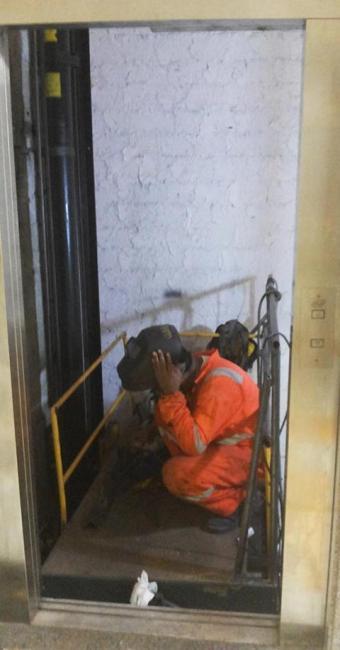 Um dos quatro elevadores do Hospital Regional, em Santo Antônio de Jesus, está sendo consertado - Foto: Cristina Pita   Ag. A TARDE