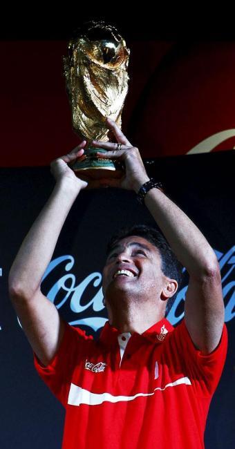 Bebeto levanta a taça do Mundial na chegada a Salvador - Foto: Eduardo Martins   Ag. A TARDE
