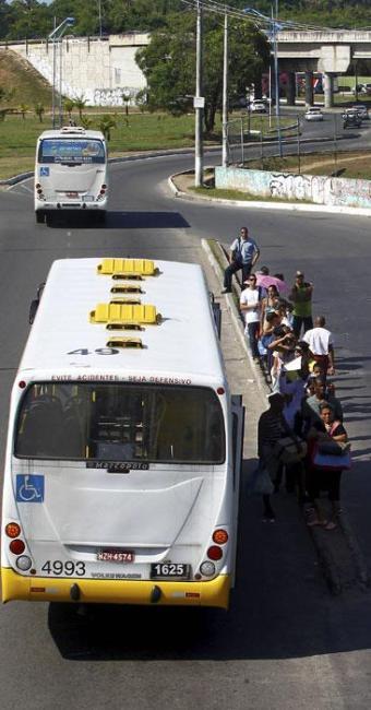 Em São Cristovão, passageiro fica no meio do trânsito - Foto: Eduardo Martins | Ag. A TARDE