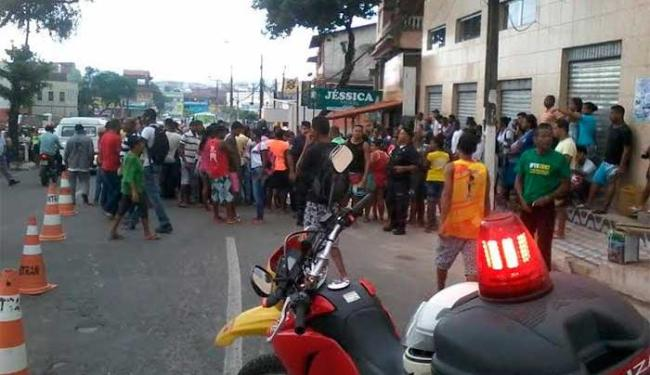 Acidente chamou a atenção de populares - Foto: Edilson Lima | Ag. A TARDE