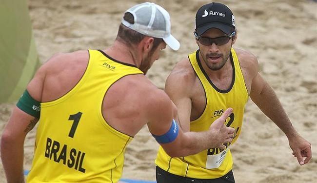 Alison e Bruno Schmidt venceram seu terceiro confronto e avançaram às oitavas - Foto: Divulgação l FIVB