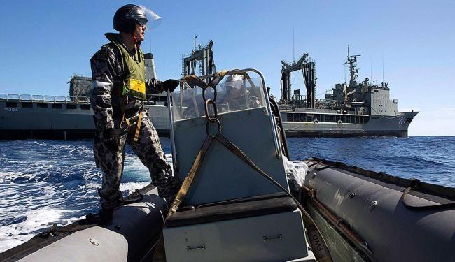 Equipes realizam buscas por objetos do avião no oceano - Foto: Agência Reuters
