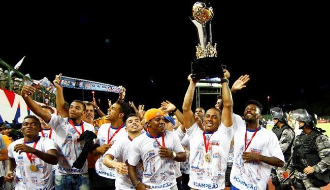 Com a taça, jogadores tricolores celebram o título do Baianão - Foto: Eduardo Martins | Ag. A TARDE