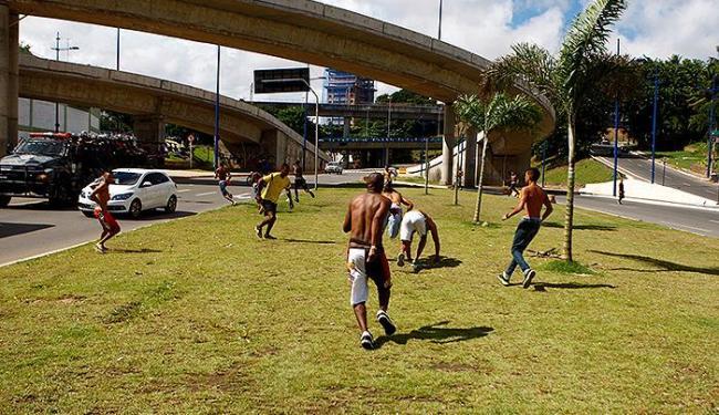 Torcedores de Bahia e Vitória entram em conflito nos arredores da Fonte Nova, antes do clássico - Foto: Fernando Vivas | Ag. A TARDE