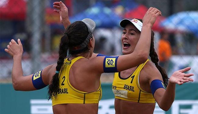 Maria Clara e Carol (foto) enfrentam Maria Elisa e Juliana na semifinal - Foto: Divulgação l FIVB