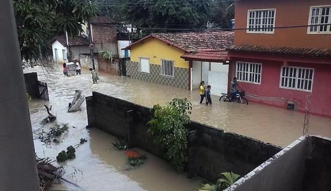 De acordo com a defesa civil mais de 250 casas foram invadidas pelas águas - Foto: Radar 64 | Ag. A TARDE