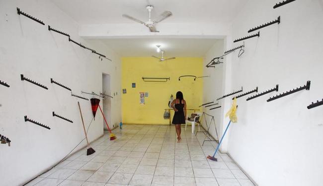 Comerciante limpa loja de confecções arrombada e saqueada , dia 16, na Fazenda Grande do Retiro - Foto: Edilson Lima | Ag. A TARDE