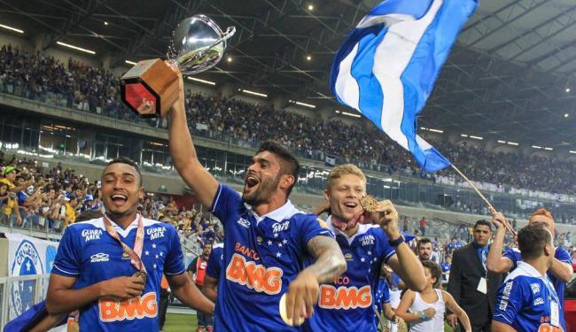 Jogadores do Cruzeiro dão a volta olímpica com a taça de campeão - Foto: Dudu Macedo   Fotoarena   Folhapress