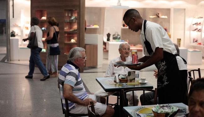 O curso de garçom está entre as oportunidades - Foto: Raul Spinassé | Ag. A TARDE