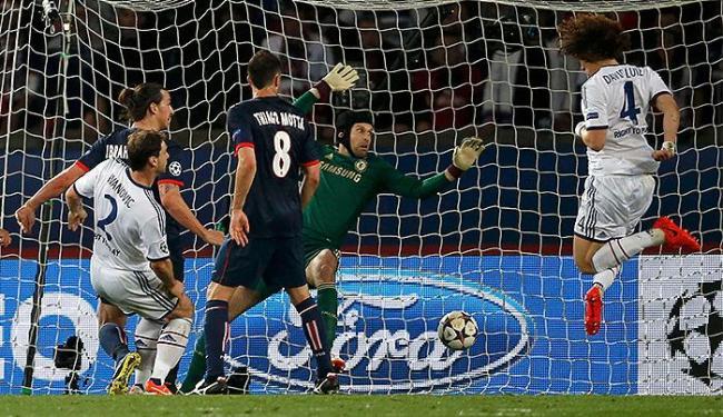 Zagueiro David Luiz, à esquerda, faz gol contra diante do PSG - Foto: Gonzalo Fuentes l Reuters