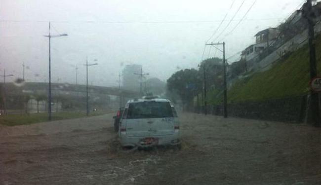 Alagamento no Dique do Tororó pegou motoristas de surpresa - Foto: Daiana Almeida   Foto do Internauta