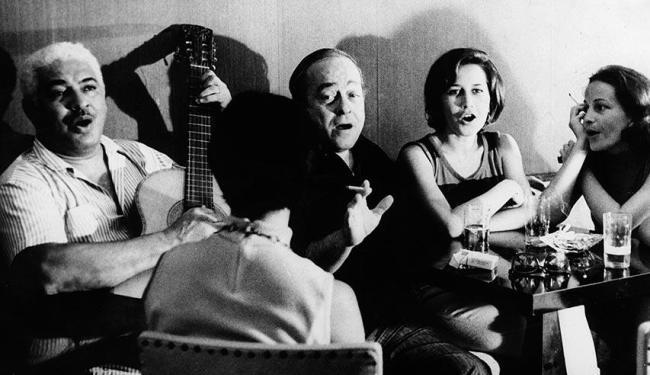 Dorival Caymmi tocando violão e Vinícius de Morais cantando - Foto: Arquivo Ag. A TARDE