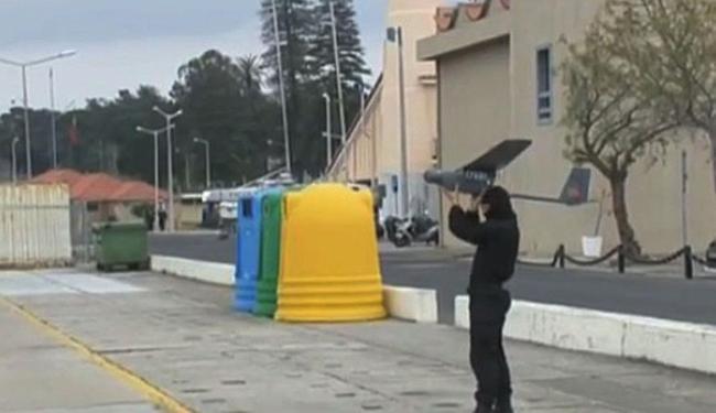 Fuzileiro prepara-se para arremessar o drone português - Foto: Reprodução   YouTube