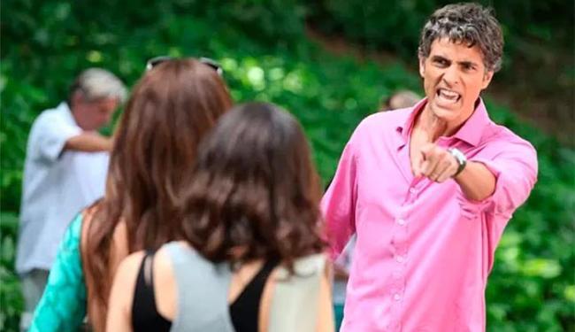 Cadu explode ao ver a mulher saindo da escola do filho com Marina - Foto: TV Globo   Divulgação