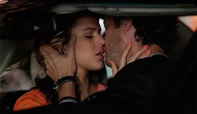 Beijo acontece após uma aula que o músico dá para Luiza - Foto: TV Globo | Divulgação