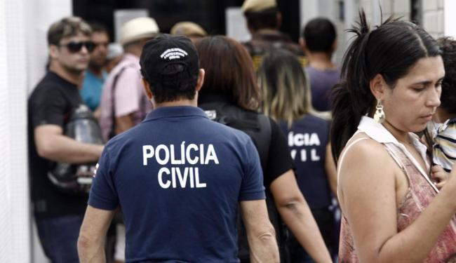 Policiais civis chegam ao Hospital EMEC, para fazer o levantamento cadavérico - Foto: Luiz Tito   Ag. A TARDE