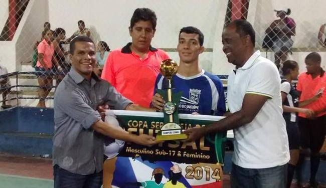Riachão do Jacuípe recebe taça de campeão masculino do primeiro zonal - Foto: Liga de Futsal de Feira de Santana | Divulgação