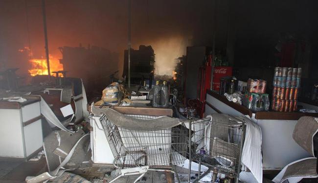 Além de saqueada, uma das unidades da Cesta do Povo foi incendiada - Foto: Lúcio Távora | Ag. A TARDE